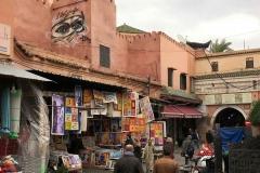 Marrakech-medina-rue-mouassine-negozi-persone-case-murales-occhi