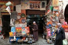 Marrakech-medina-rue-mouassine-uomo-arabo-sistema-il-negozio-maioliche-disegni
