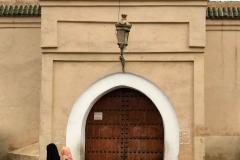 Marrakech-medina-medersa-ben-youssef-moschea-portone-donne-col-velo