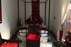 Riad-ecila-Marrakech-medina-stanza-cuscini-rossi-baldacchino