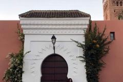 koutoubia-moschea-marrakech-marocco-portale-bianco-buganvillea-donna