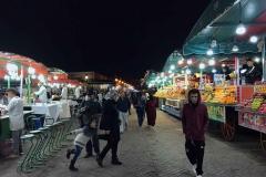 Piazza-Jamaa-el-fna-marrakech-marocco-notte-bancarelle-frutta-passanti-bambina