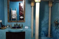 Riad-ecila-Marrakech-medina-bagno-stanza-colore-azzurro-doccia-specchio