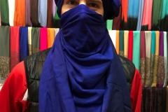 souk-Medina-Marrakech-Marocco-quartiere-dei-tintori-srake-turbante-di-seta-blu