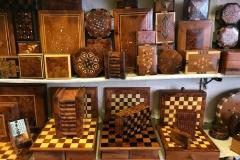 souk-Medina-Marrakech-Marocco-intagliatori-legno-casse-magiche-scacchiere