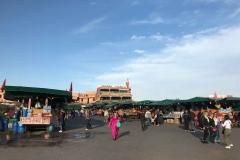 Piazza-Jamaa-el-fna-marrakech-bancarelle-tende-verdi-turisti-persone