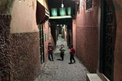 marrakech-medina-bambini-che-giocano-per-strada
