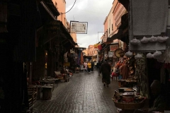 Marrakech-medina-rue-mouassine-negozi-cielo-nuvoloso