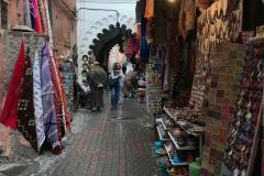 Marrakech-medina-rue-mouassine-negozi-merci-souvenir-arco-stile-arabo