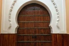 Marrakech-medina-rue-mouassine-portone-della-moschea-legno