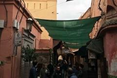 Marrakech-medina-rue-mouassine-vita-motorino-persone-a-piedi