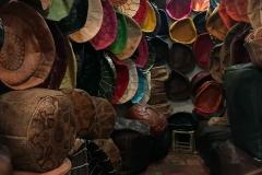 Marrakech-medina-rue-mouassine-negozio-pouf-colorati-pelle