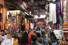 souk-medina-Marrakech-Marocco-via-piena-di-persone-merci