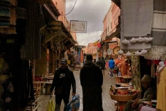 Marrakech-medina-rue-mouassine-persone-che-passeggiano-tappeti-negozi