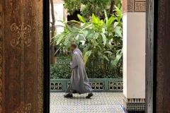 Palazzo-Bahia-marrakech-piccolo-riad-persona-che-cammina-nella-porta