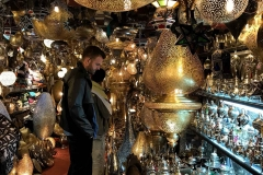 Piazza-Jamaa-el-fna-marrakech-medina-luci-lampade-in-bronzo-ferro-turista