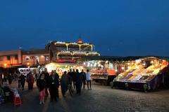 Piazza-Jamaa-el-fna-marrakech-ora-blu-bancarelle-frutta-passanti-luci