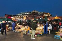 Piazza-Jamaa-el-fna-marrakech-ora-blu-persone-bancarella
