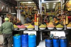 souk-Medina-Marrakech-Marocco-venditore-di-olive