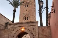 koutoubia-moschea-marrakech-marocco-bicicletta-che-passa-sotto-allarco