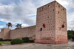 mura-medina-marrakech-bandiere-marocco-cielo-nuvole