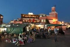 piazza-jamaa-el-fna-marrakech-donne-ragazzo-terrazzo-luci-tramonto