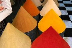 spezie-souk-marrakech-marocco-colori-coni-a-punta-negozio