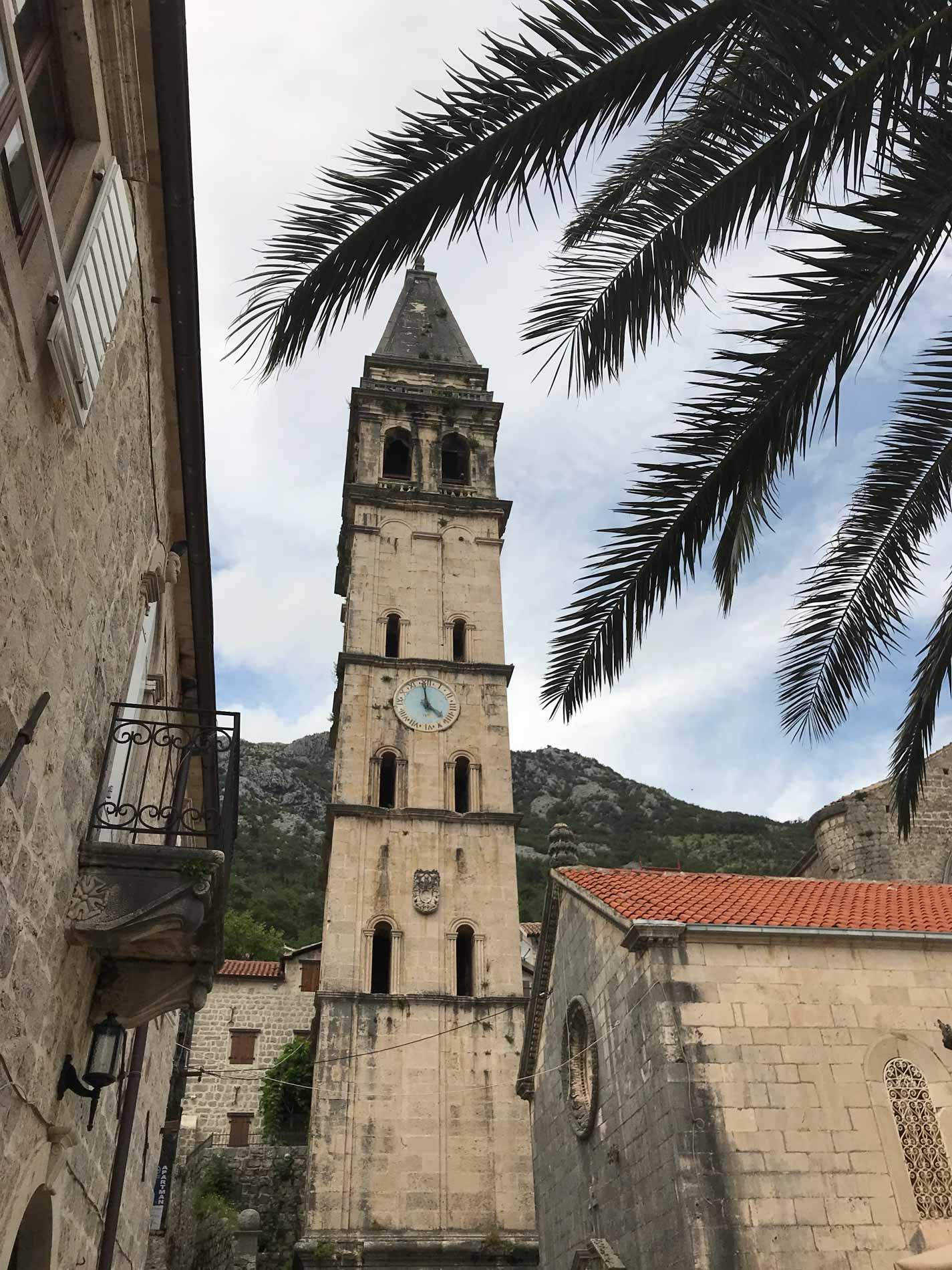 Perast-Montenegro-Bocche-di-Cattaro-campanile-palma-orologio