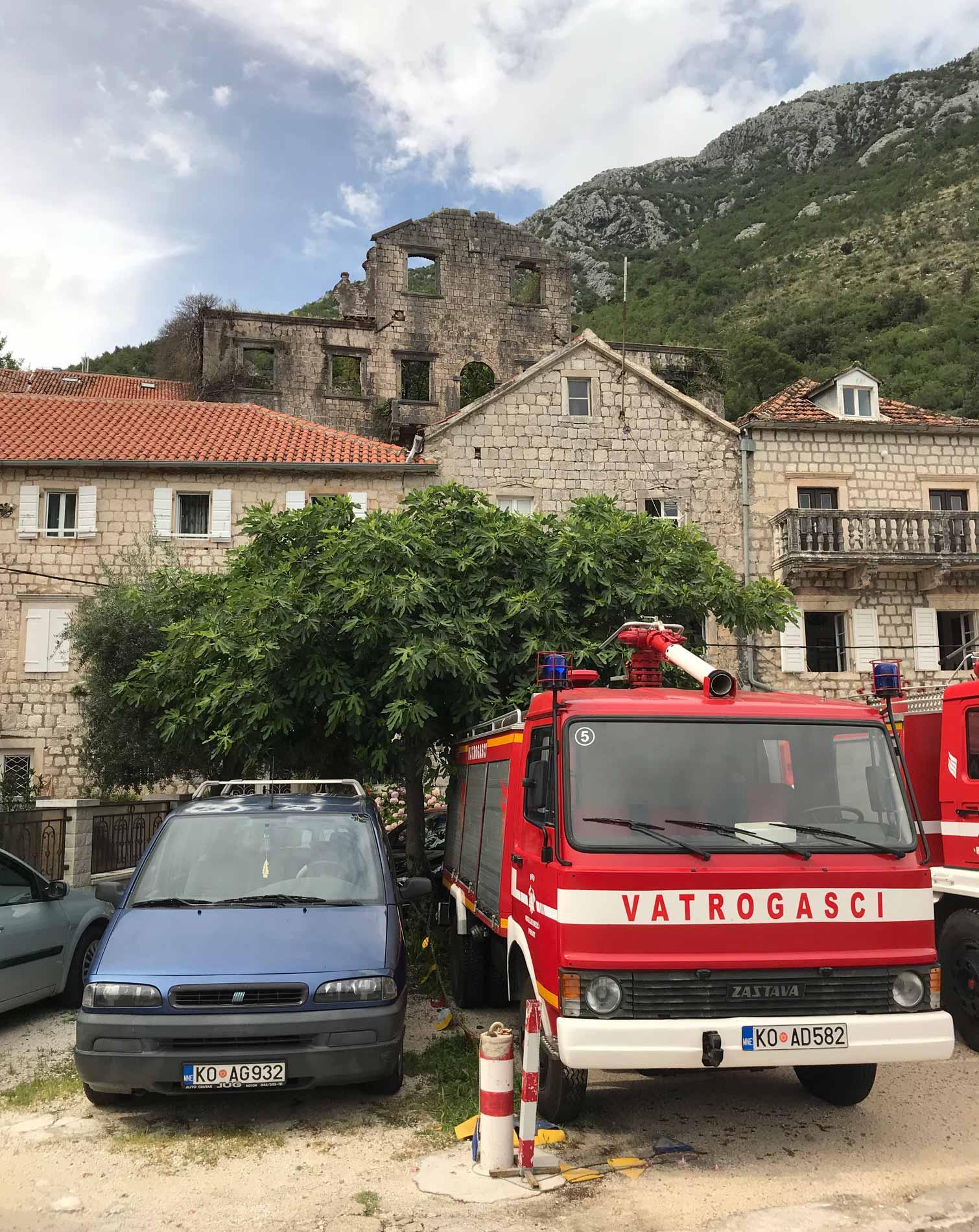 Perast-Montenegro-lungomare-Bocche-di-Cattaro-case-abbandonate-auto-vigili-del-fuoco