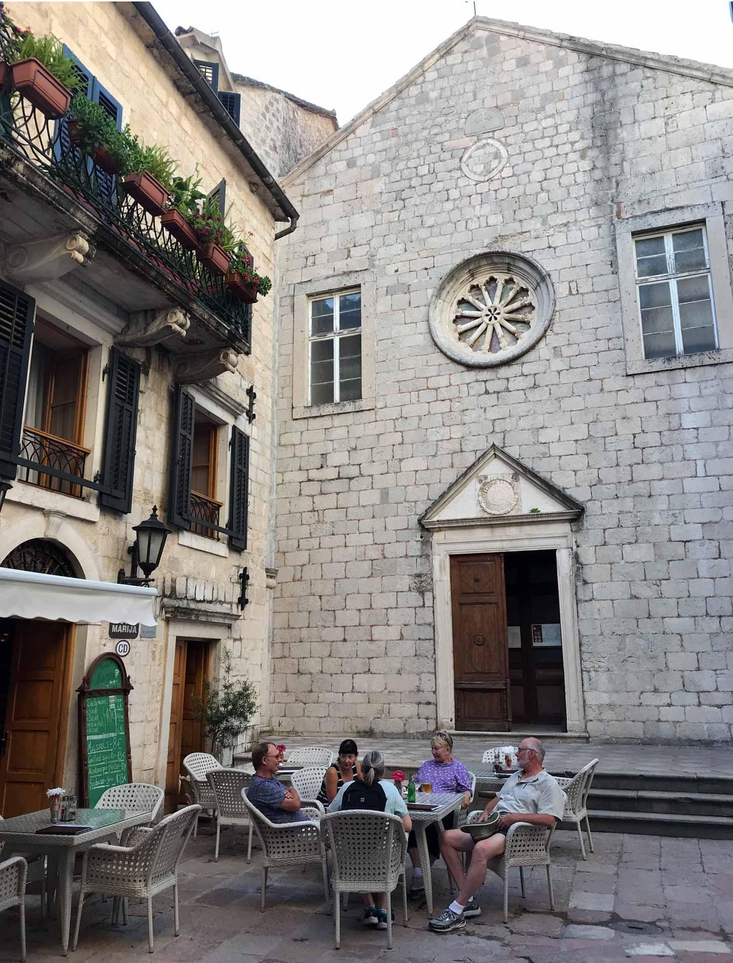 Cattaro-Montenegro-Ulica1-chiesa-francescana-di-Santa-Chiara-facciata-rosone-finestre-pietra