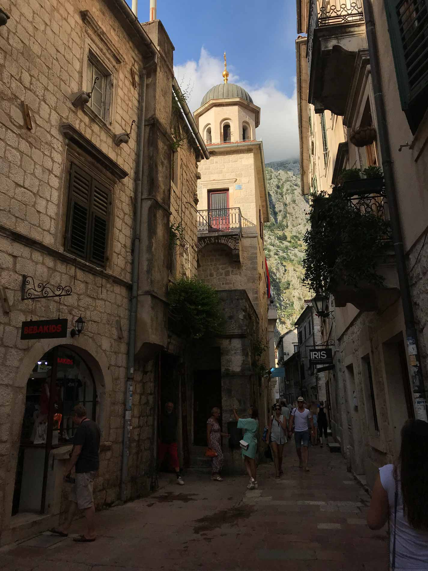 Kotor-Montenegro-Ulica1-scorcio-palazzi-negozi-pietra-a-vista