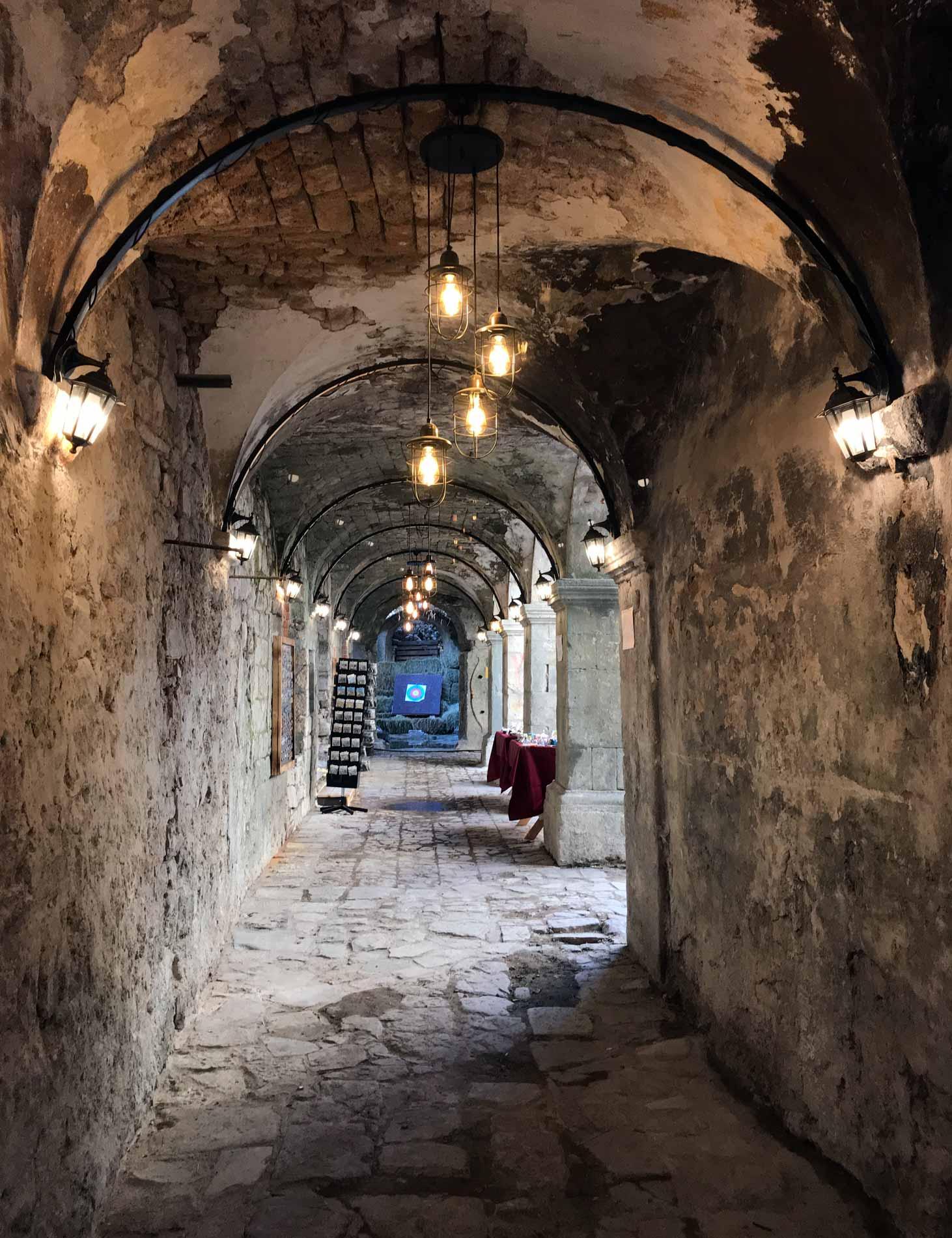 Kotor-Montenegro-Ulica1-bazar-corridoio-luci-arcate