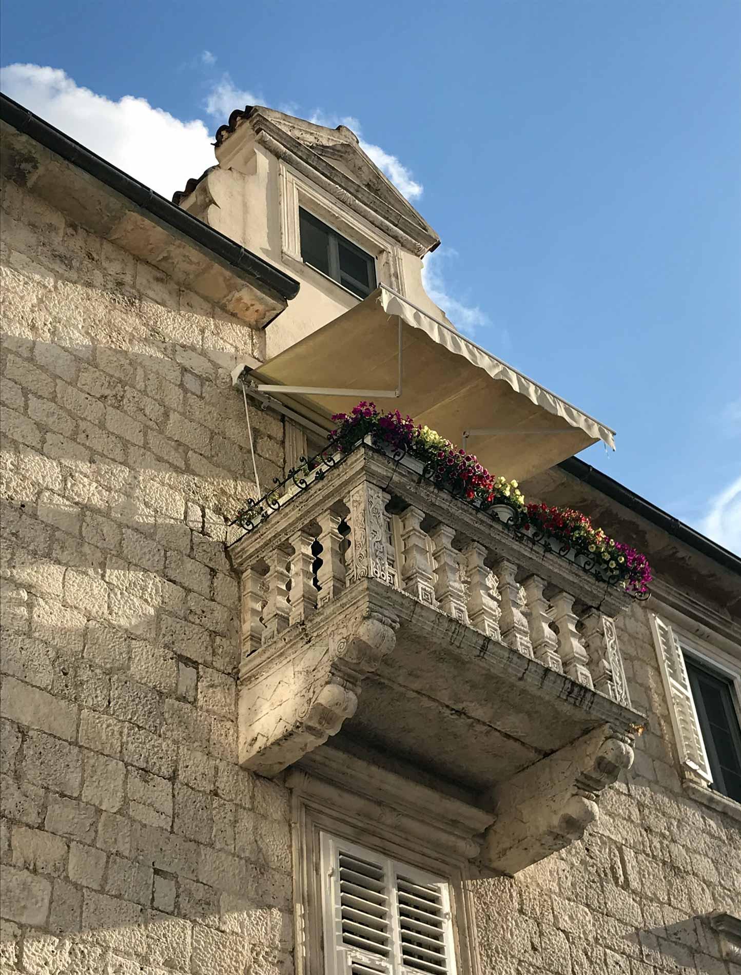 Kotor-Montenegro-balcone-fiori-cielo-azzurro