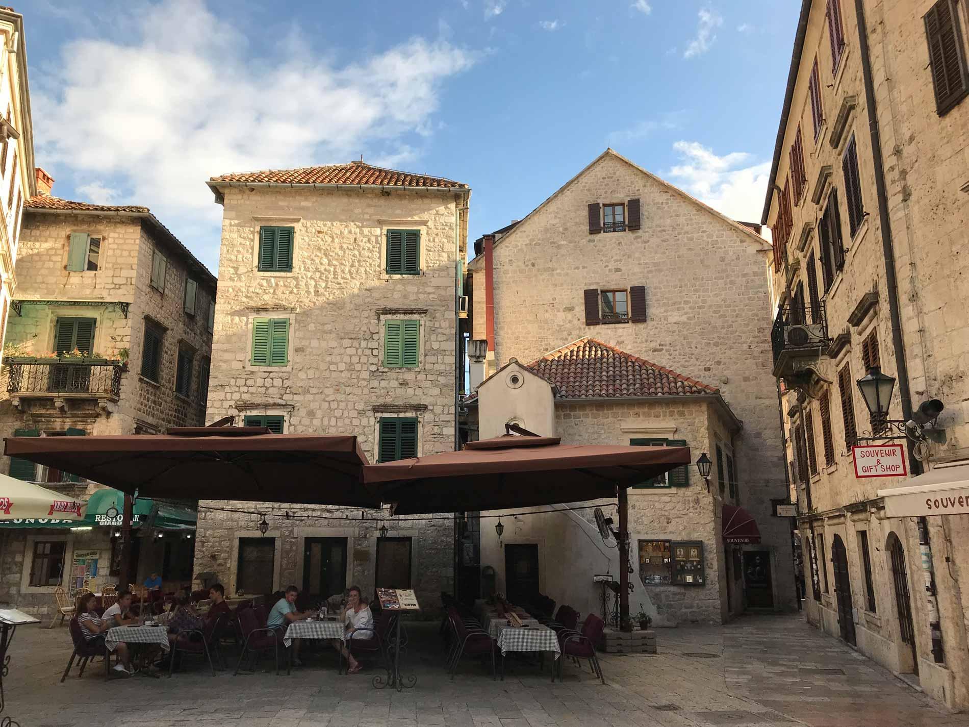 Kotor-Montenegro-Piazza-San-Luca-case-ristorante