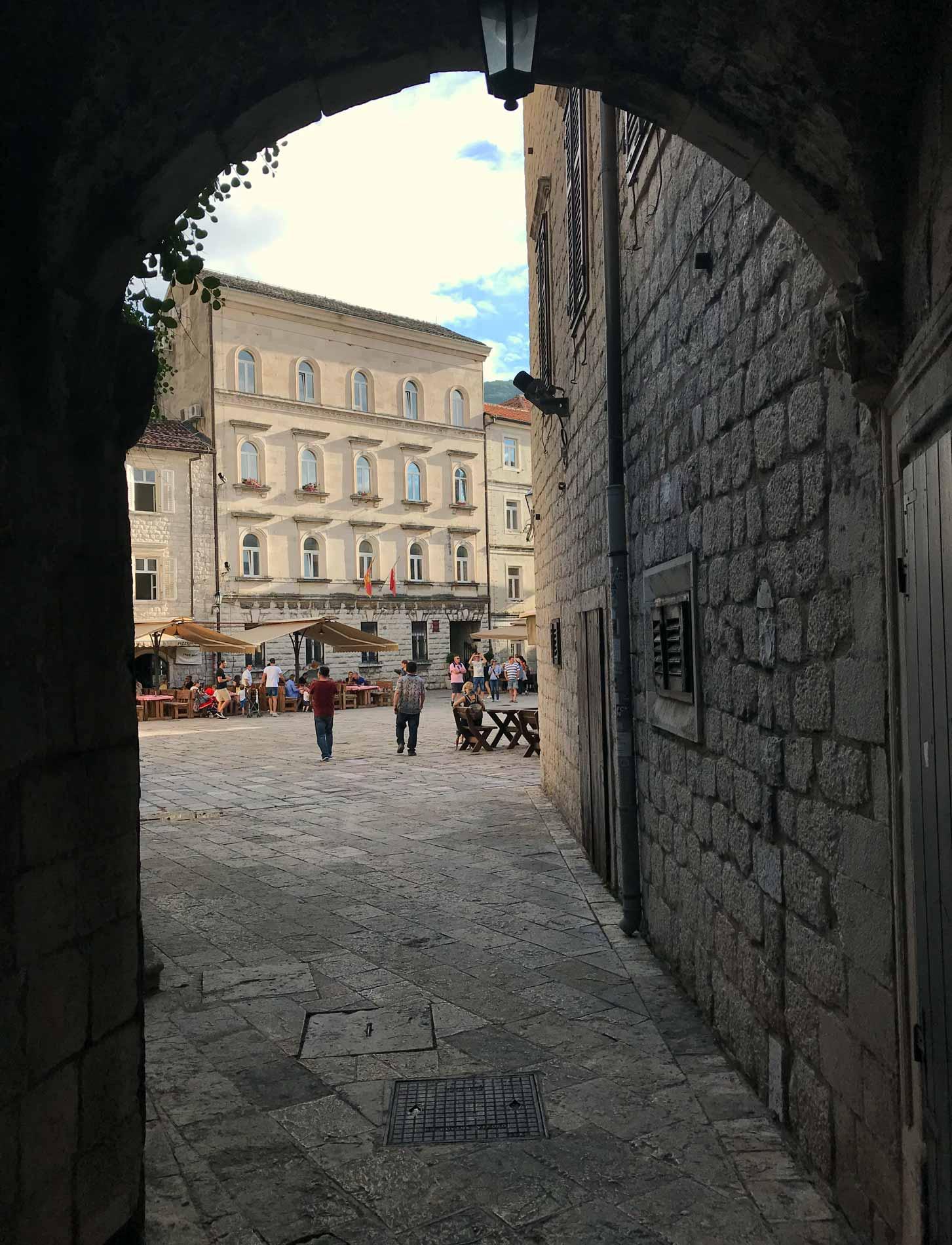 Kotor-Montenegro-centro-storico-scorcio-palazzo-persone