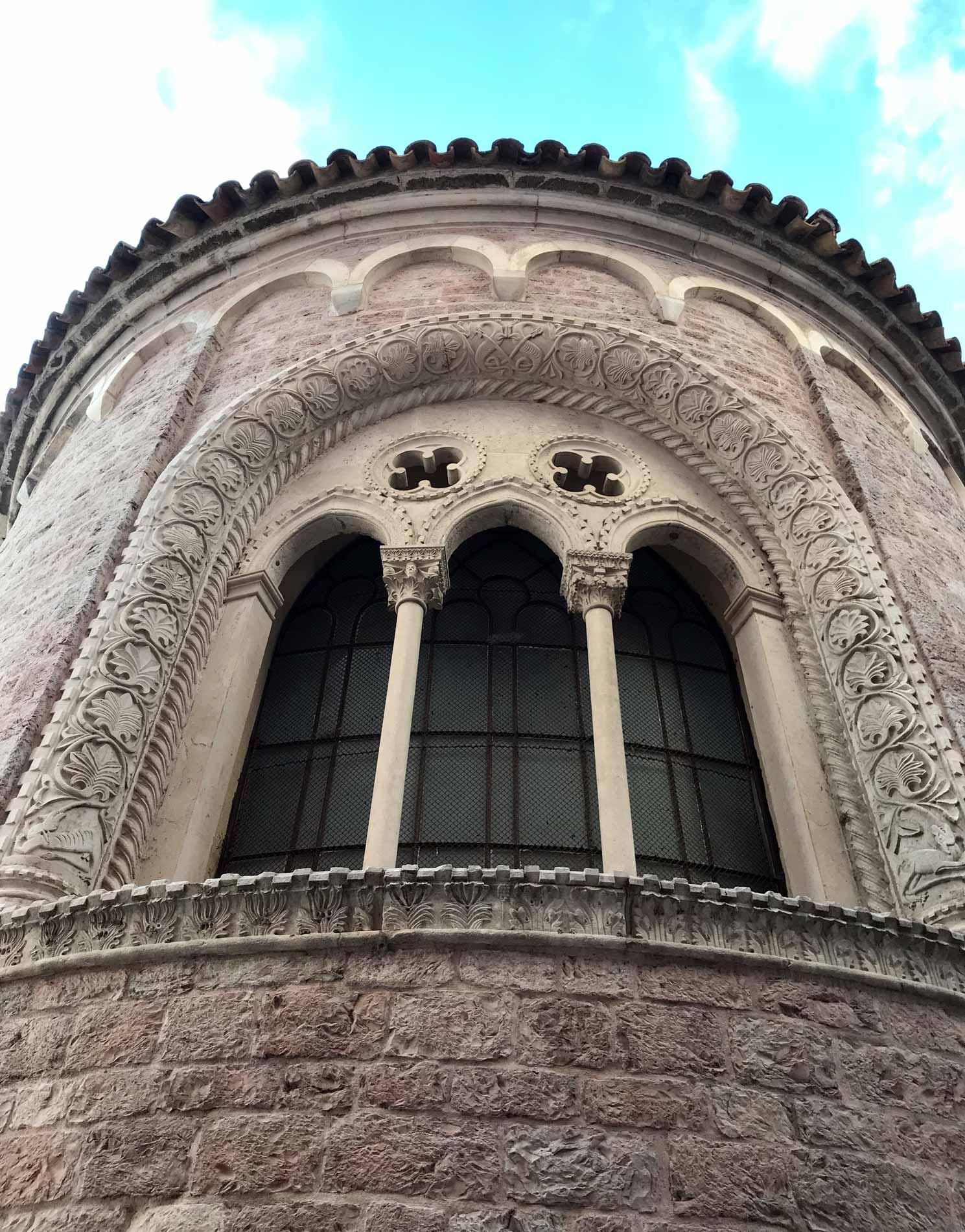 Kotor-Montenegro-cattedrale-di-San-Trifone-abside-trifora-foglie-dacanto
