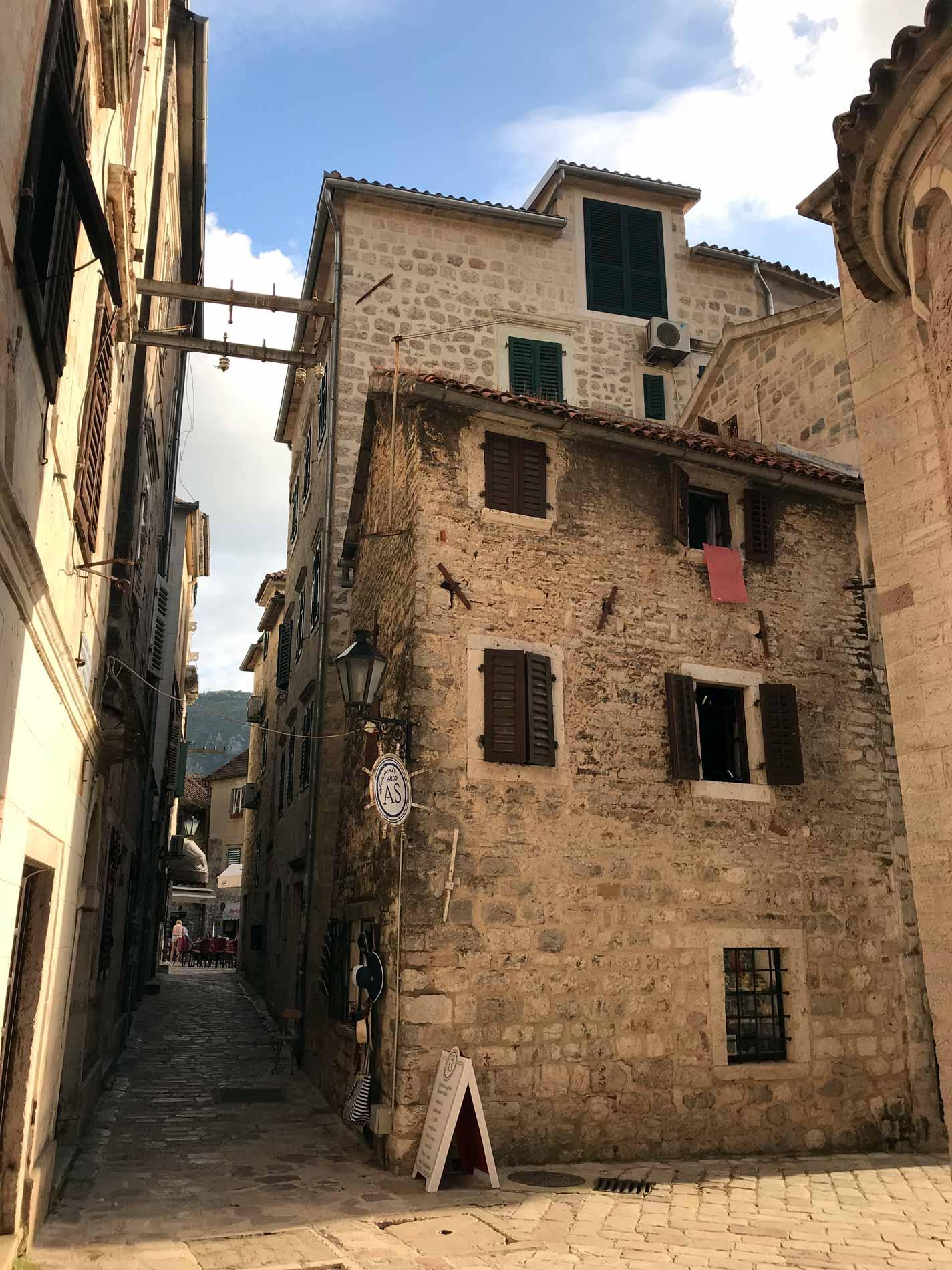 Kotor-Montenegro-via-Ulica-2-case-casa-scorcio-fantastico