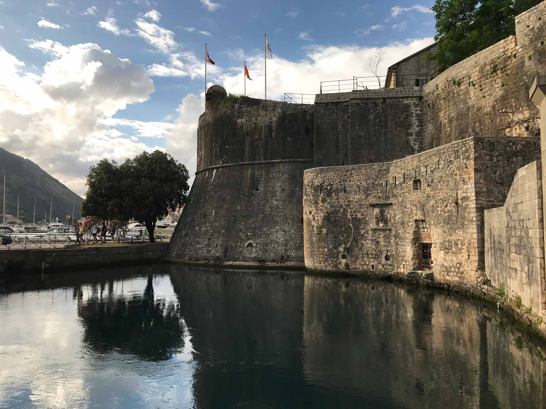 Kotor-Montenegro-Porta-Gurdic-esterno-fossato-mura-veneziane-patrimonio-Unesco