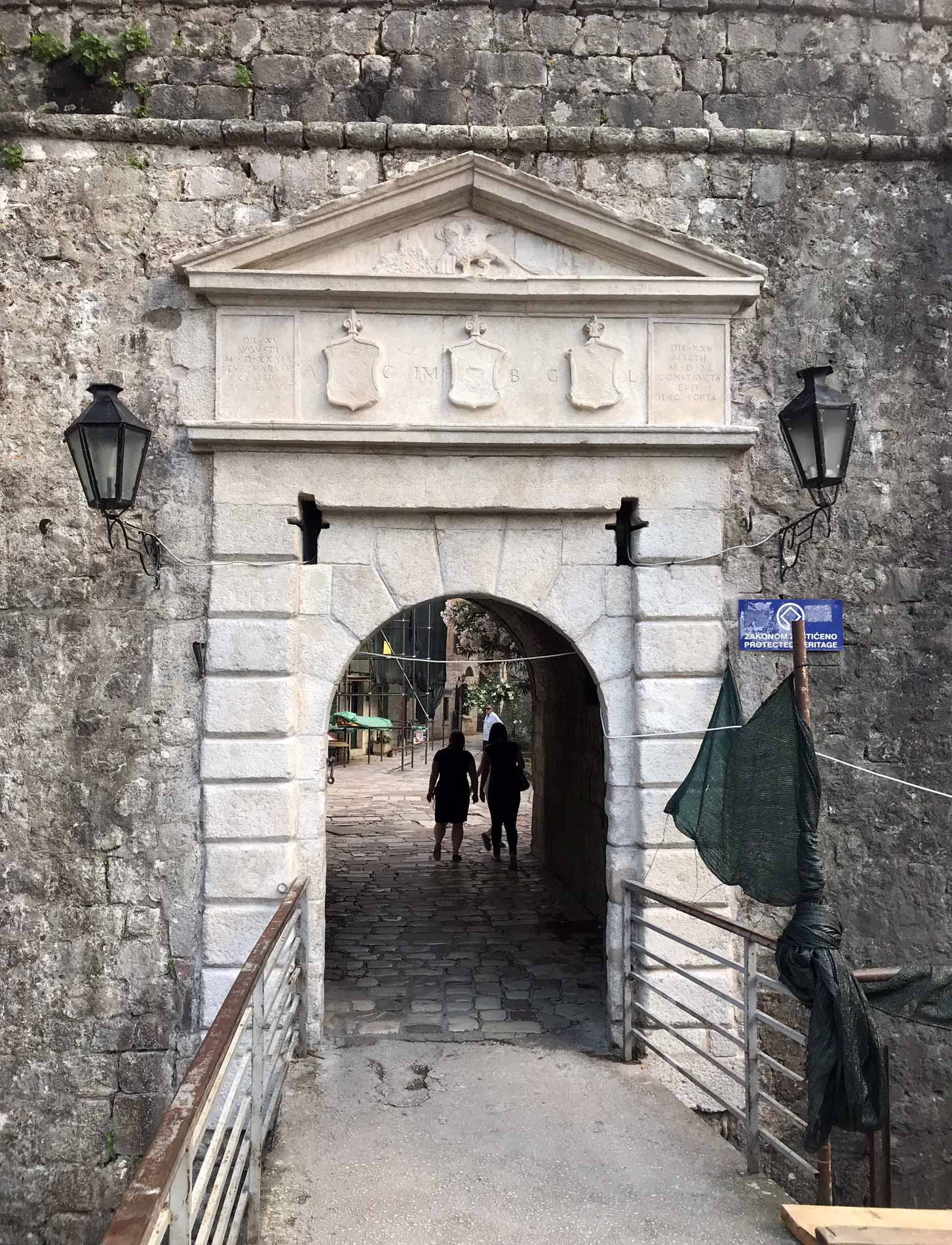 Kotor-Montenegro-Porta-Nord-mura-veneziane-patrimonio-Unesco-Leone-di-San-Marco