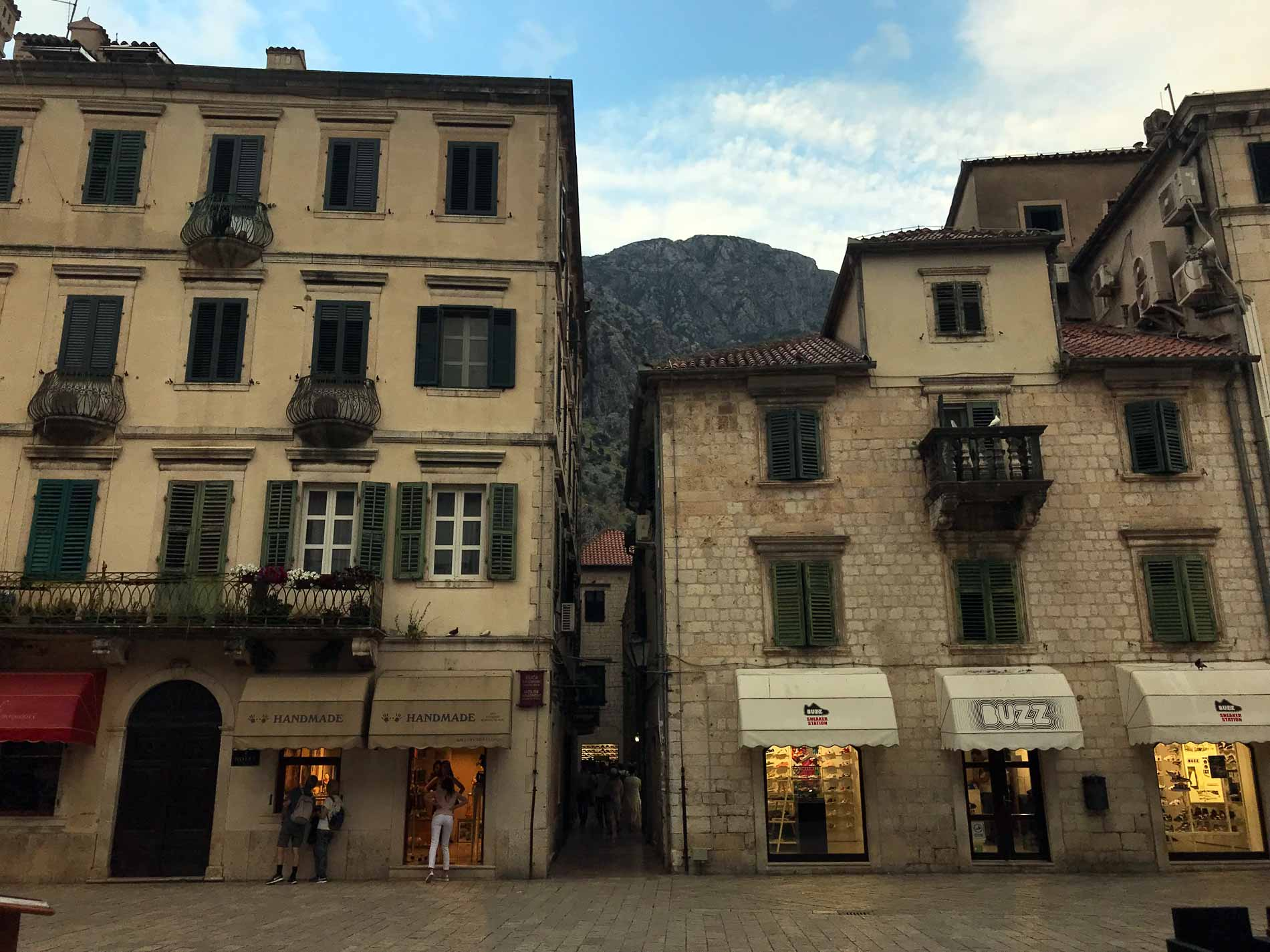 Cattaro-Montenegro-Piazza-dArmi-case-finestre-imposte-verdi