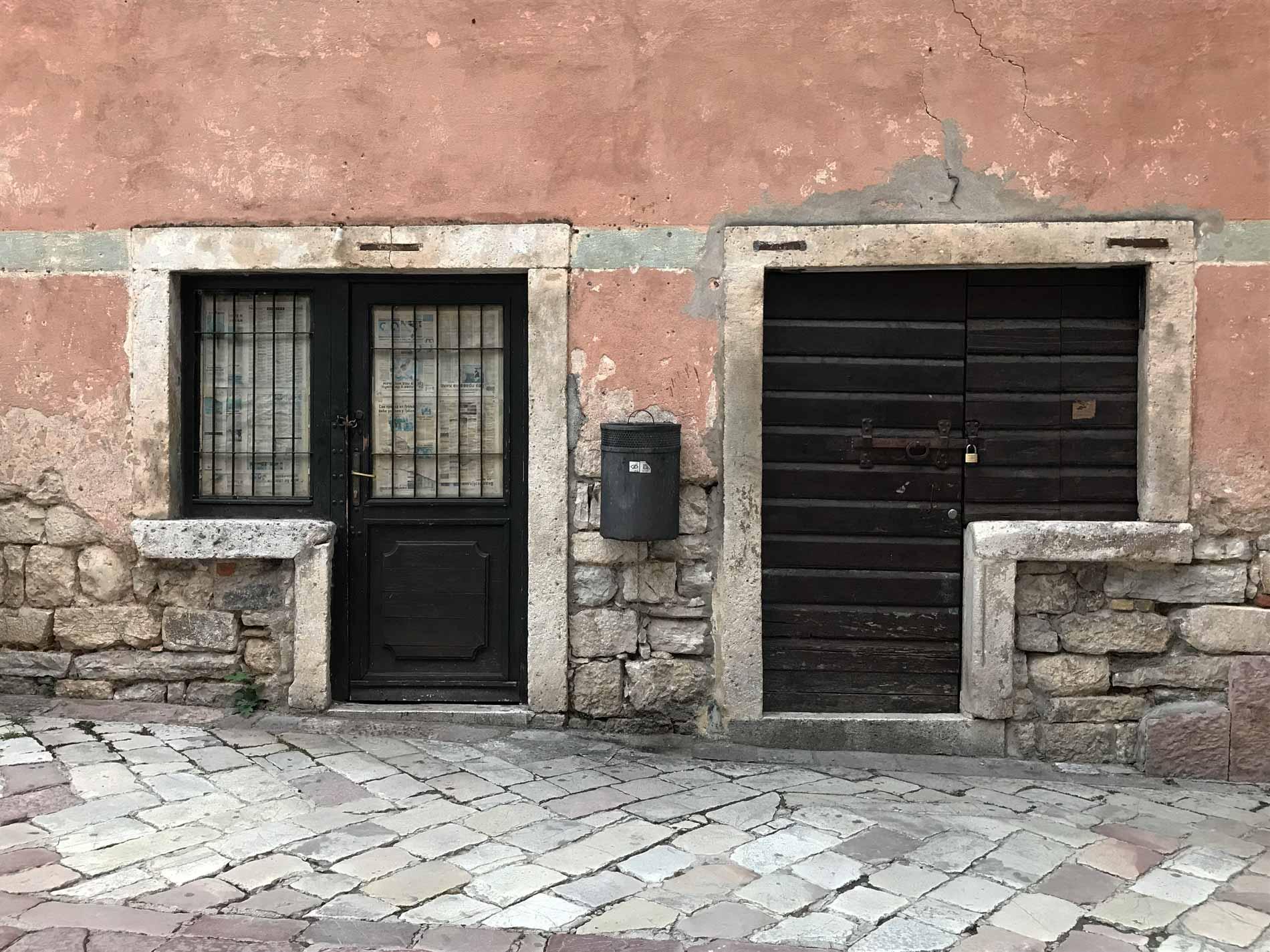 Kotor-Montenegro-centro-storico-case-porta-finestra-strana