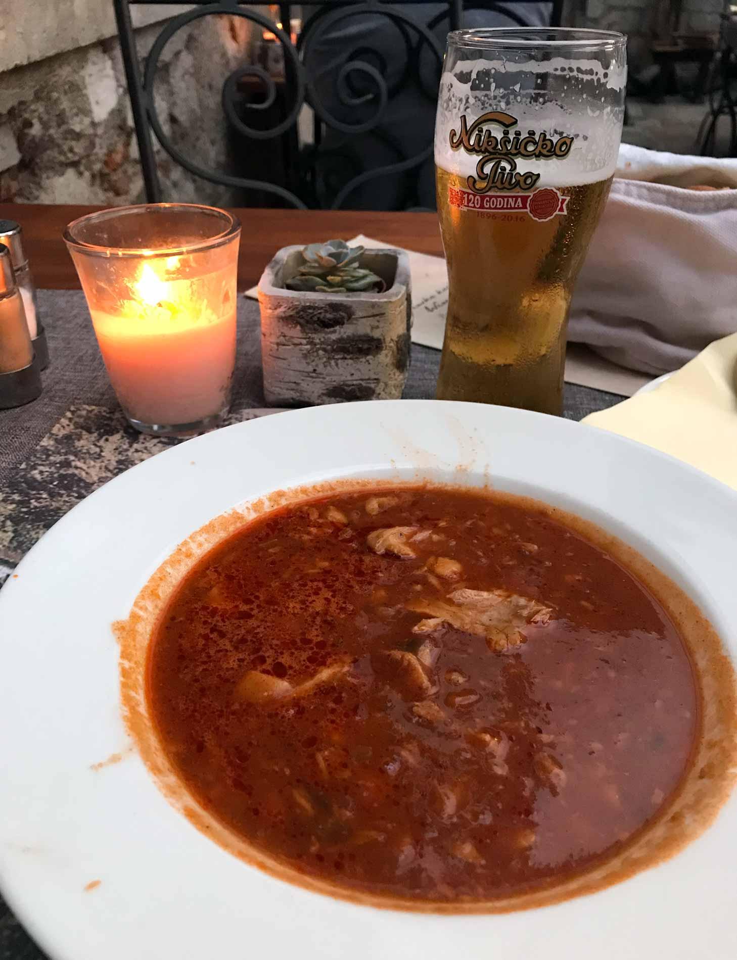 Kotor-Montenegro-Konoba-Scala-Santa-zuppa-di-pesce-birra