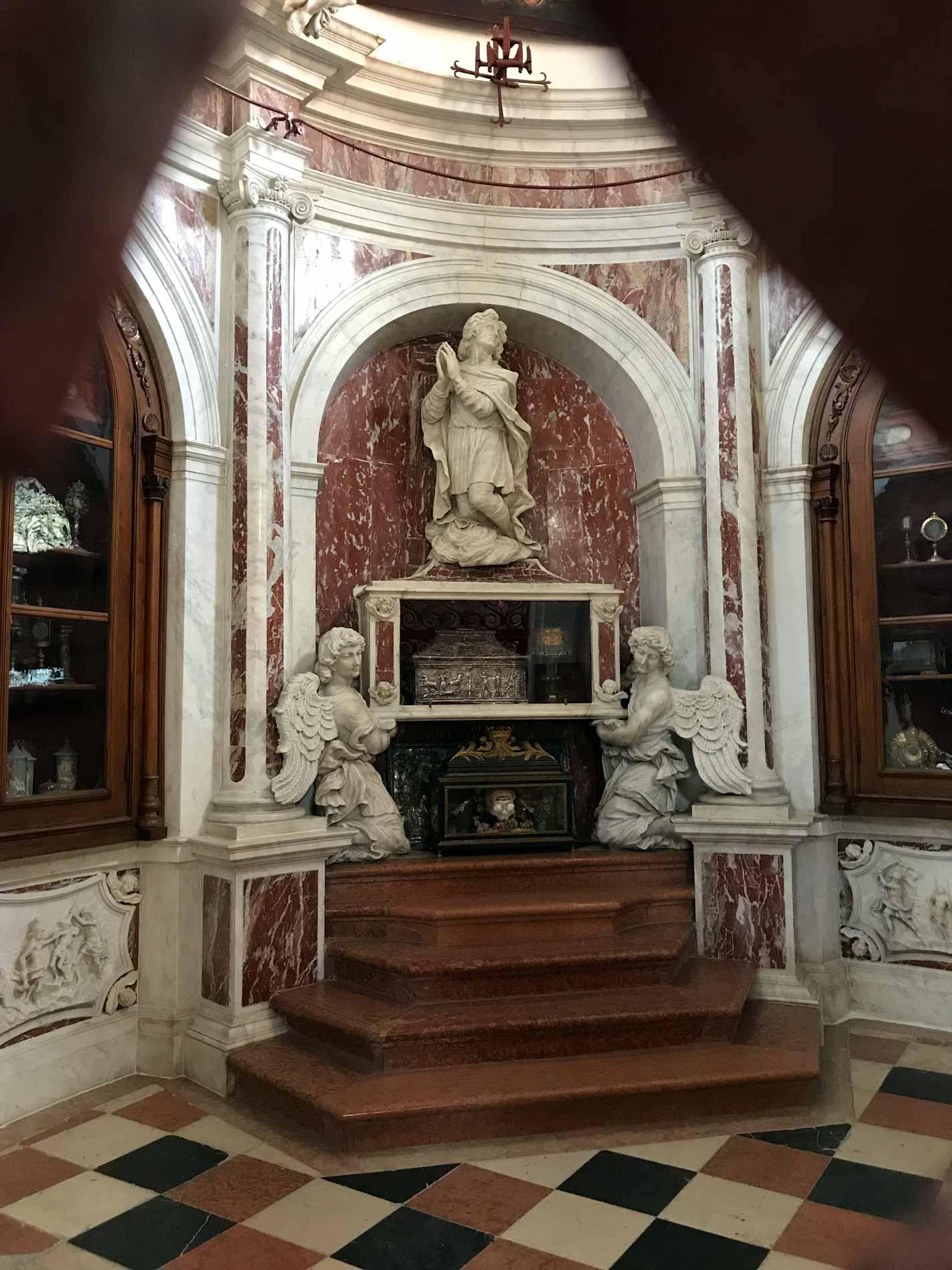 Kotor-Cattedrale-di-San-Trifone-interno-reliquie-statue-marmo