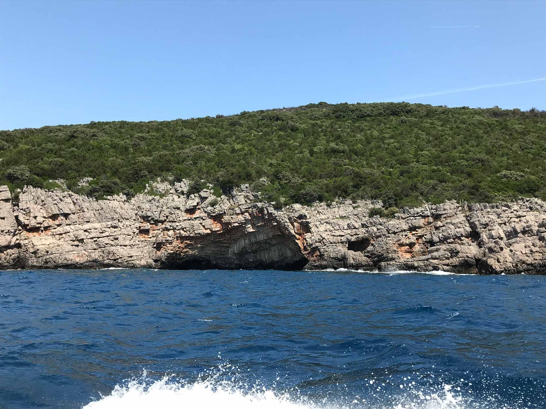 Mar-Adriatico-Bocche-di-Cattaro-Montenegro-costa-rocciosa-mare-natura