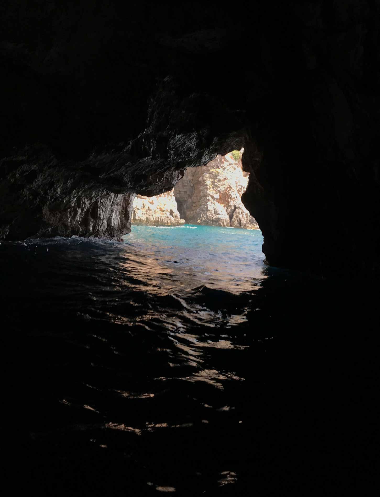 Mar-Adriatico-Bocche-di-Cattaro-Montenegro-Grotta-Azzurra-Plava-spilja-entrata
