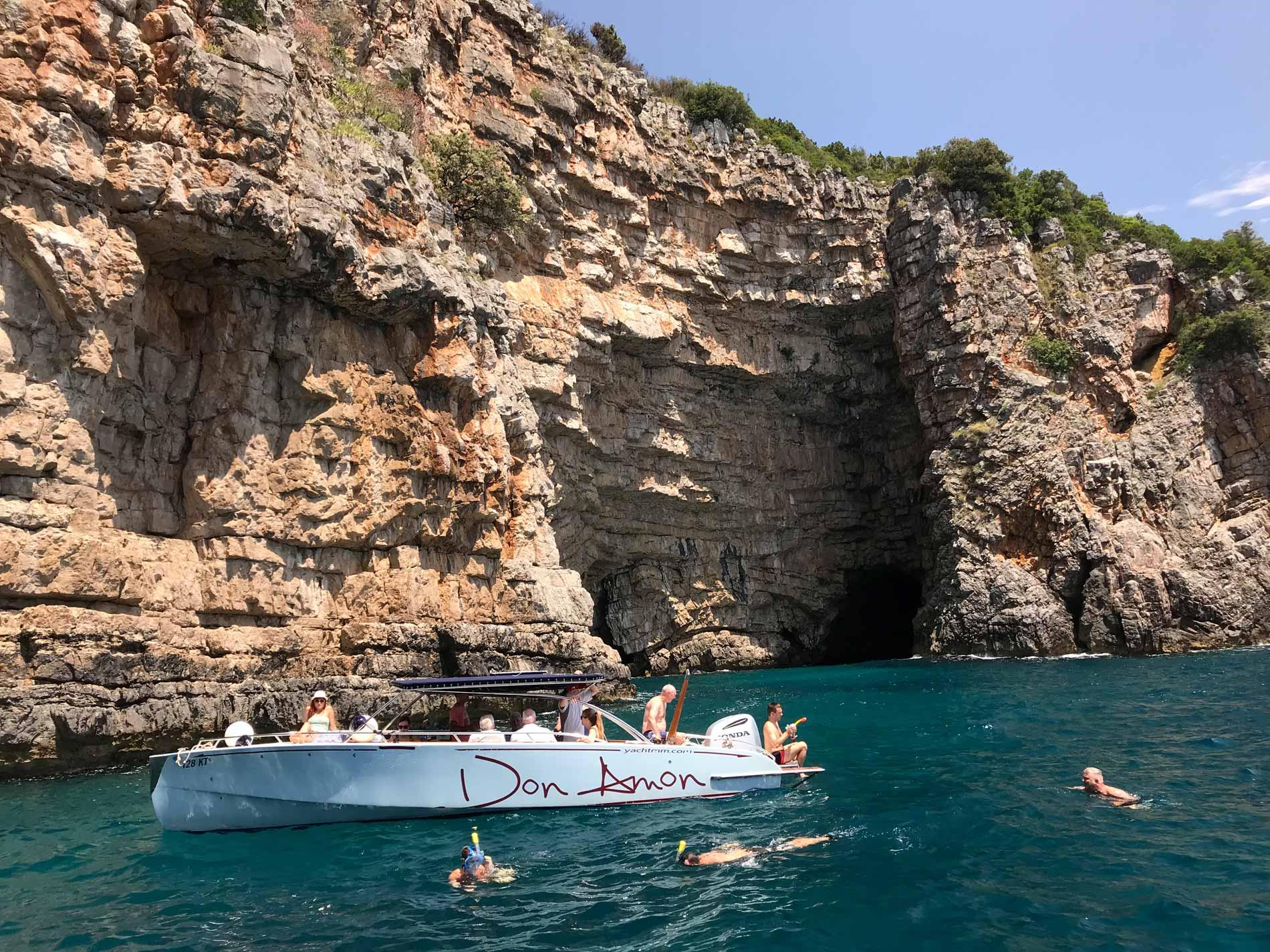 Mar-Adriatico-Bocche-di-Cattaro-Montenegro-Grotta-Azzurra-Plava-spilja-esterno-motoscafo-bagnanti