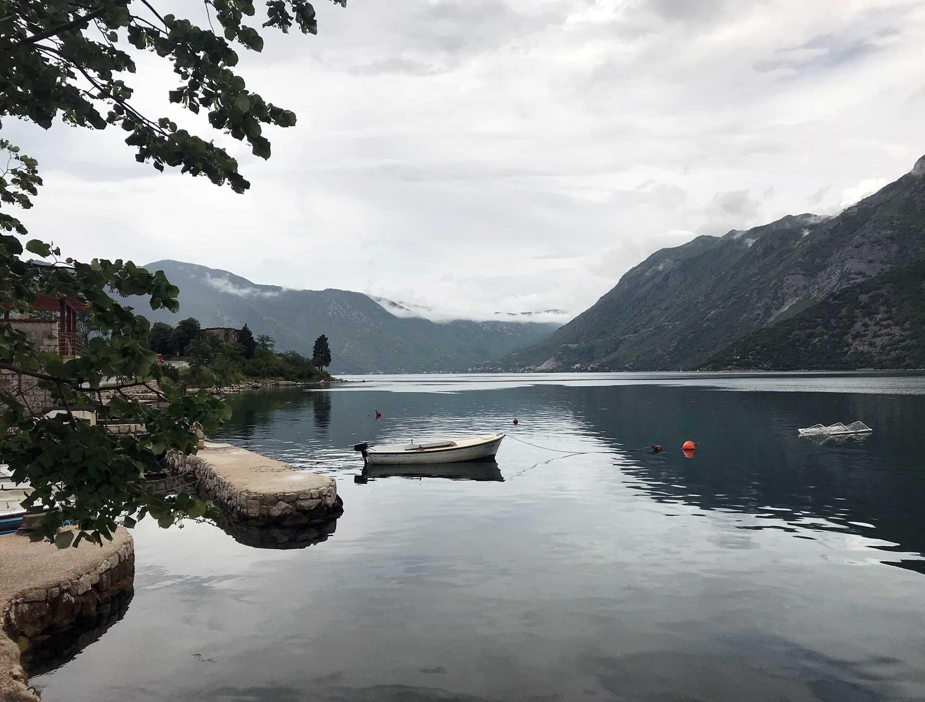Bocche-di-Cattaro-Montenegro-Risan-mare-barca-montagne