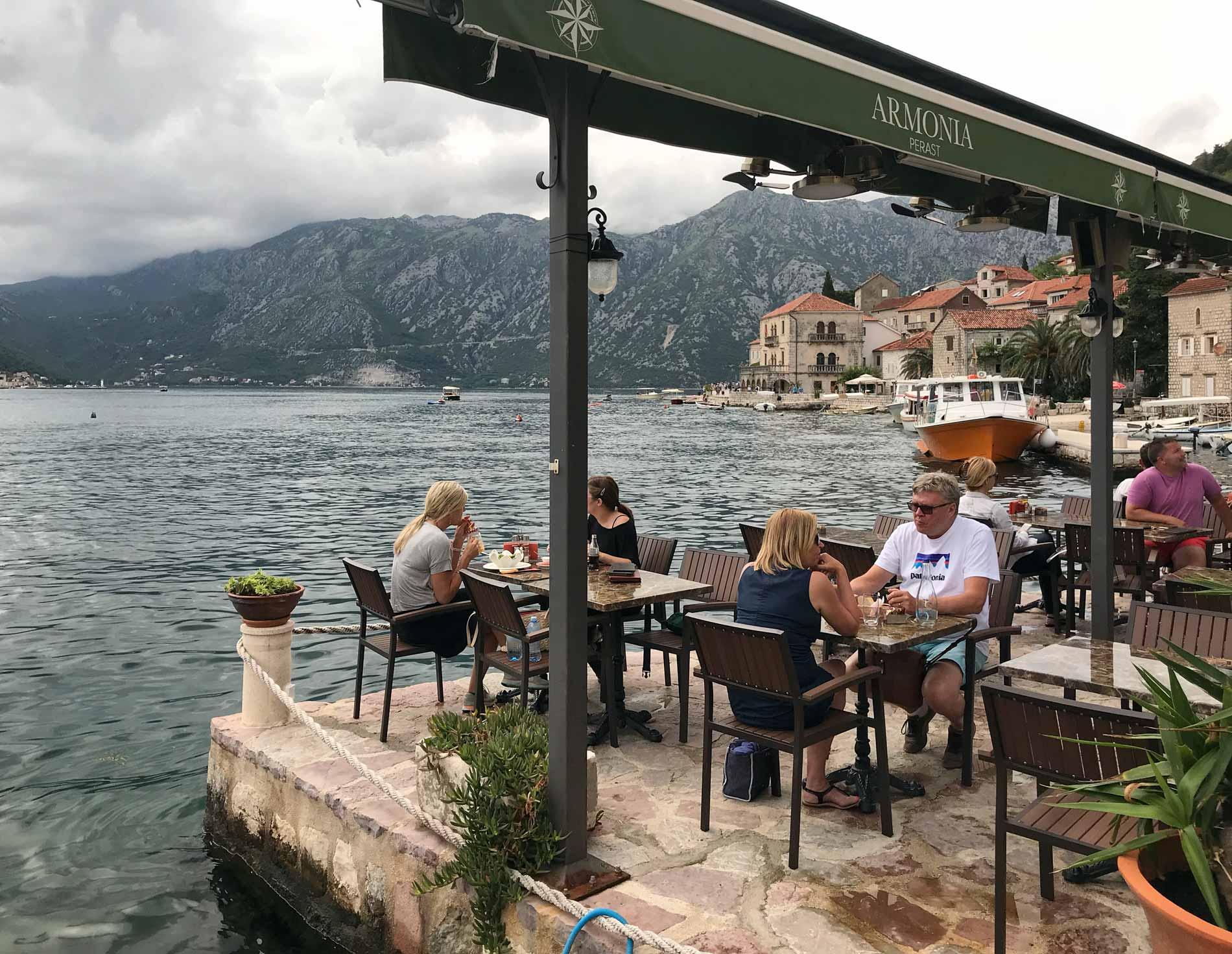 Perast-Montenegro-lungomare-Bocche-di-Cattaro-ristorante-turisti