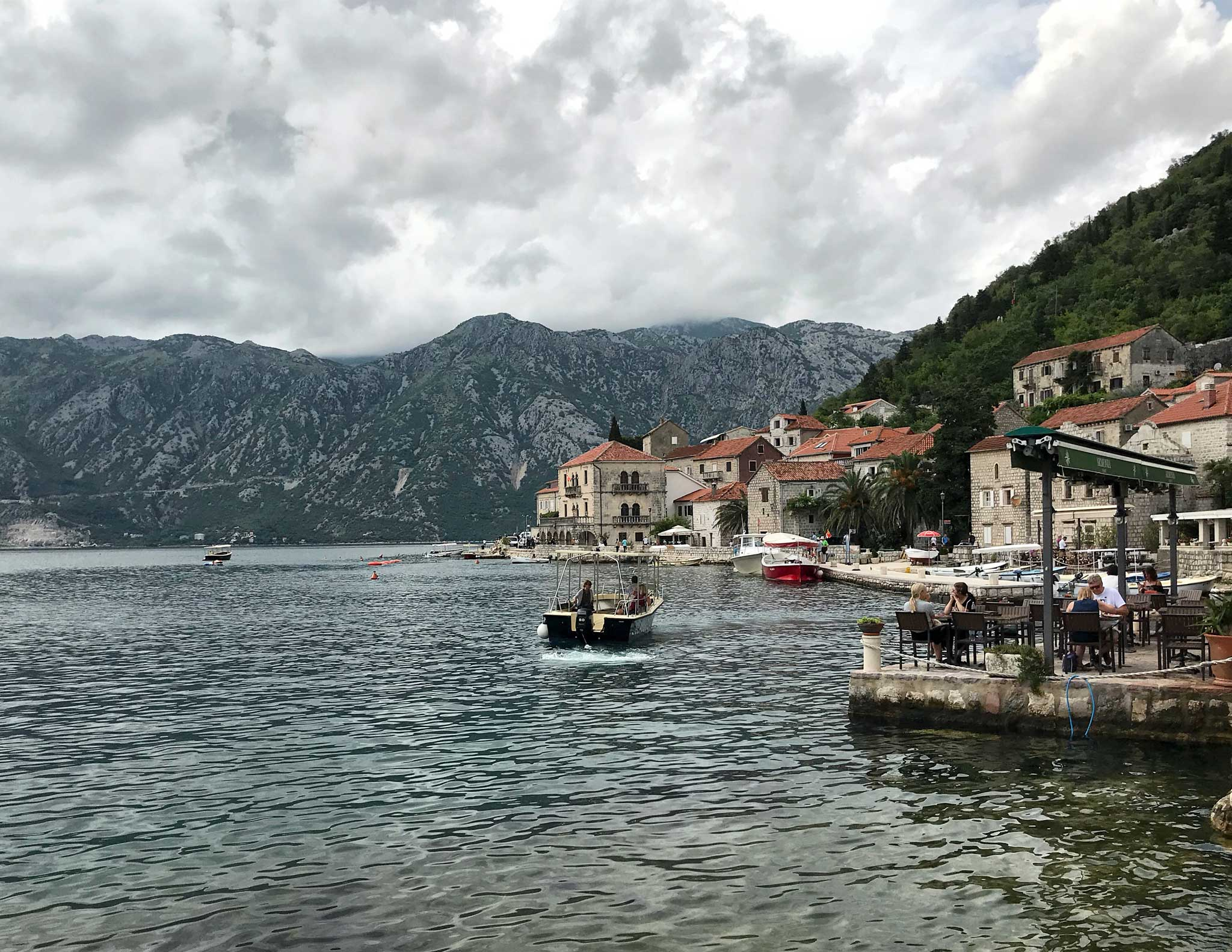 Perast-Montenegro-lungomare-Bocche-di-Cattaro-barca-scorcio-ristorante-turisti
