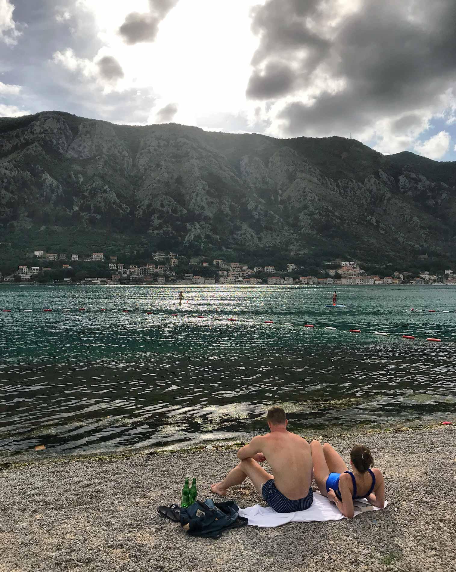 Dobrota-Montenegro-mare-Bocche-di-Cattaro-turisti-in-spiaggia